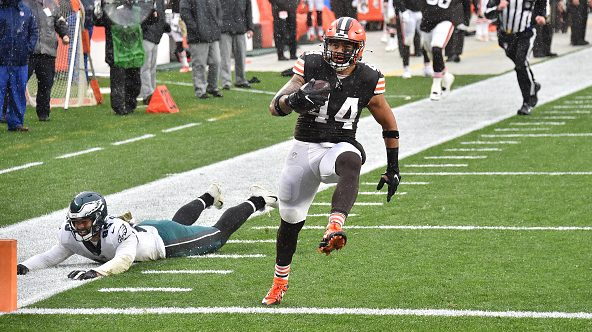 Browns beat Eagles 22-17 to improve to 7-3